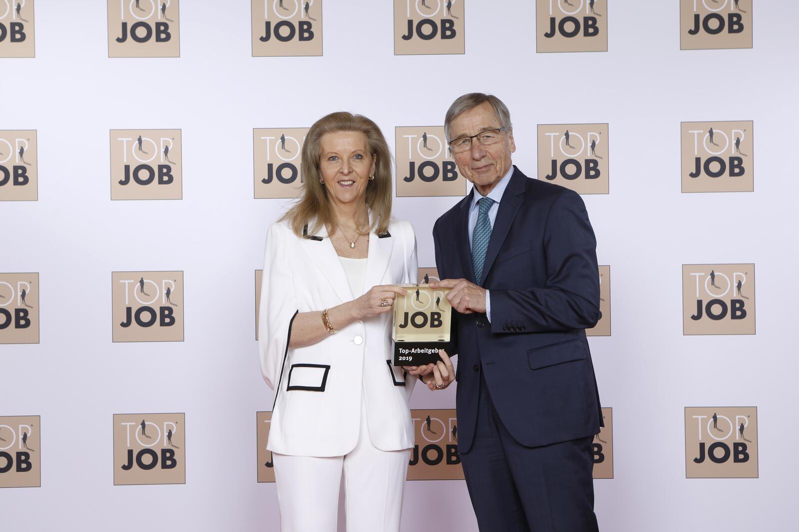 Susanne Gräfin Kesselstadt, geschäftsführende Gesellschafterin, erhält die Auszeichnung aus den Händen von Top-Job-Mentor Wolfgang Clement