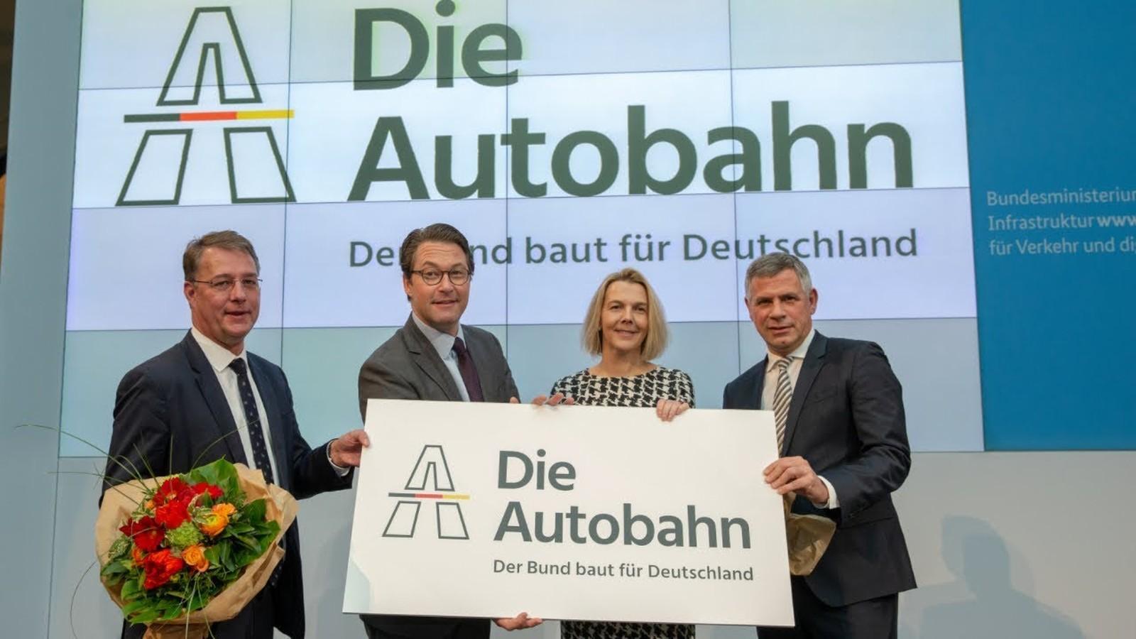 Die Geschäftsführung der Autobahn GmbH und Minister Scheuer
