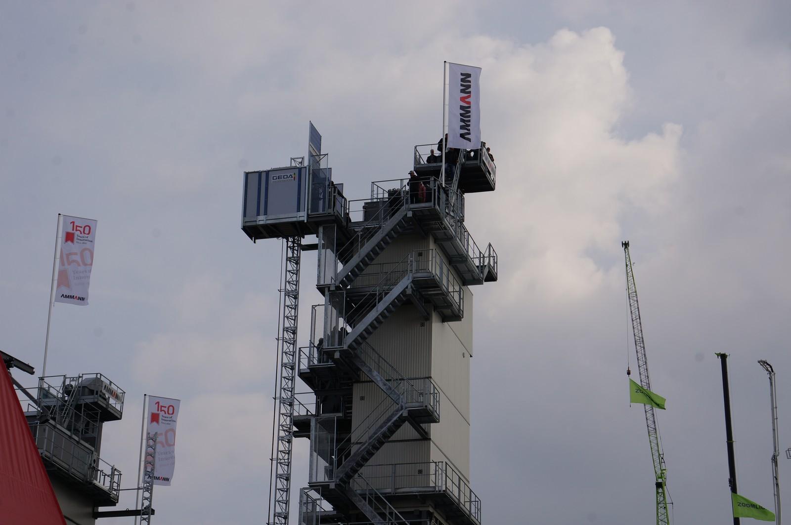 Die 44 m hohe Asphaltmischanlage von Ammann.