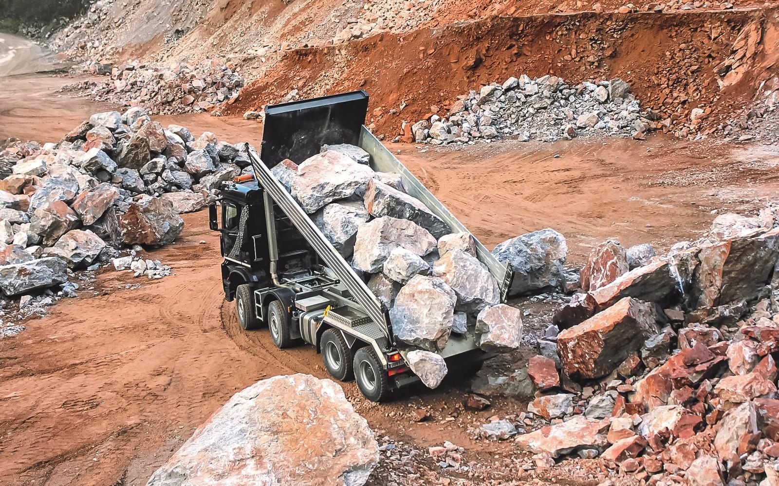 Gesteinskipper von Meiller für den Transport von großem Gestein.