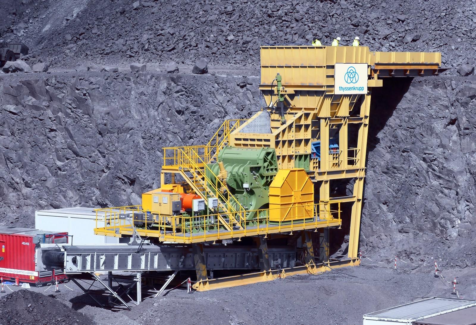 Der neue ERC im Steinbruch während der Testphase. Dank seiner niedrigen Bauweise kann er auch bequem unter Tage eingebaut werden.