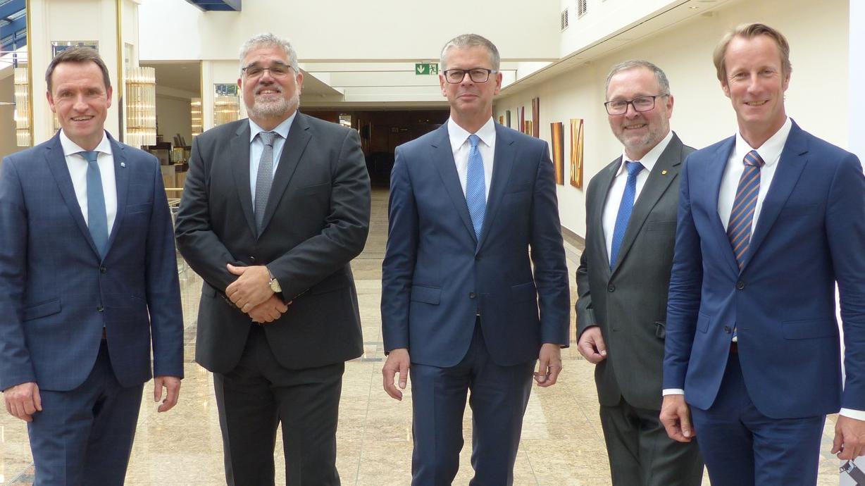 (V.r.): Machen sich stark für Gütesicherung Kanalbau: Ulf Michel (Vorstandsvorsitzender), Uwe Neuschäfer (Obmann Güteausschuss), Michael Ilk (Stellvertretender Vorsitzender), Gunnar Hunold (Beiratsvorsitzender) und Dr. Marco Künster (Geschäftsführe