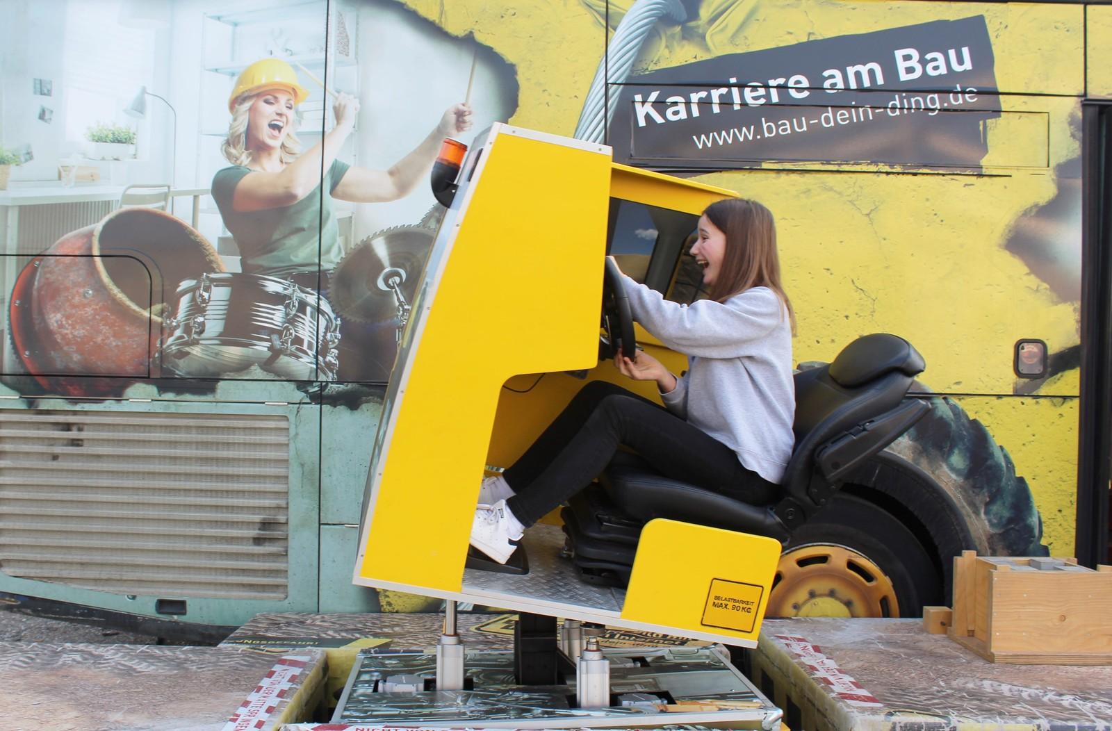 Im Bau-Simulator kann das Fahren eines Radladers geübt werden.