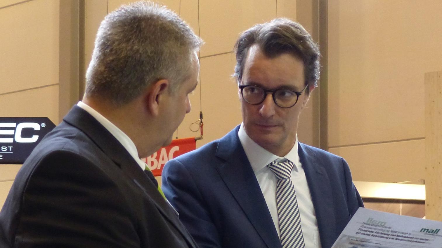 Hendrik Wüst, Verkehrsminister des Landes Nordrhein-Westfalen, beim Rundgang auf der Infratech 2018.