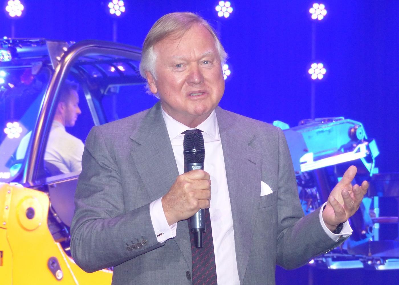Lord Anthony Bamford vor einem neuen Elektrostapler. Er glaubt dennoch an die Zukunft des Diesels.