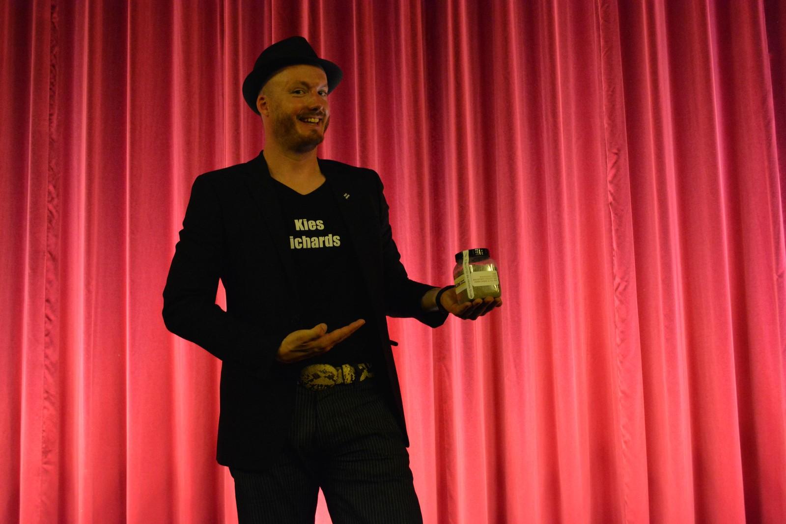 Regisseur Søren Eiko Mielke mit einem Kilo Steine im Kinosaal des Cineplex Baden-Baden.