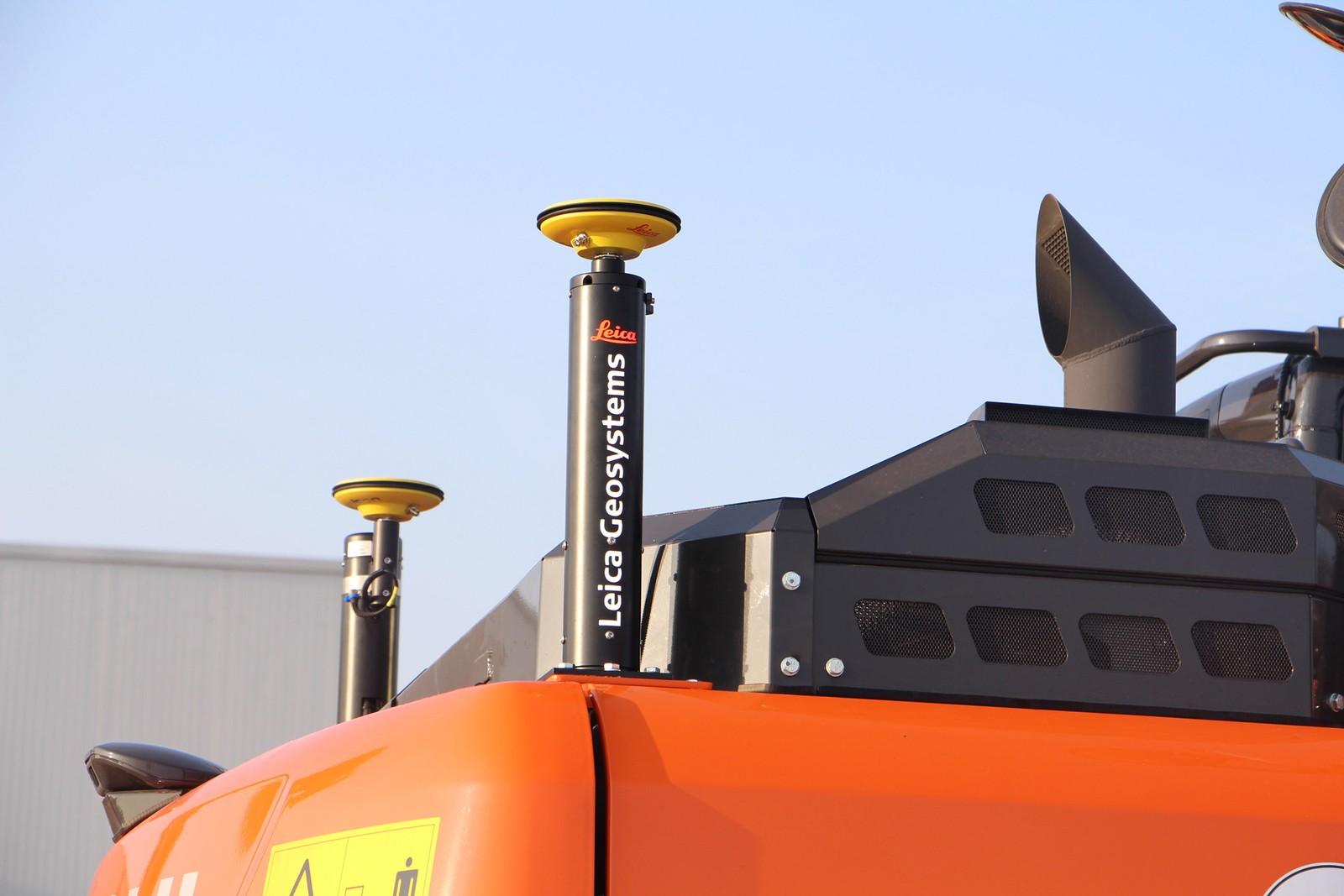 Dank GNSS-Empfänger am Heck der Maschinen kann der Bauprozess millimetergenau gesteuert werden.