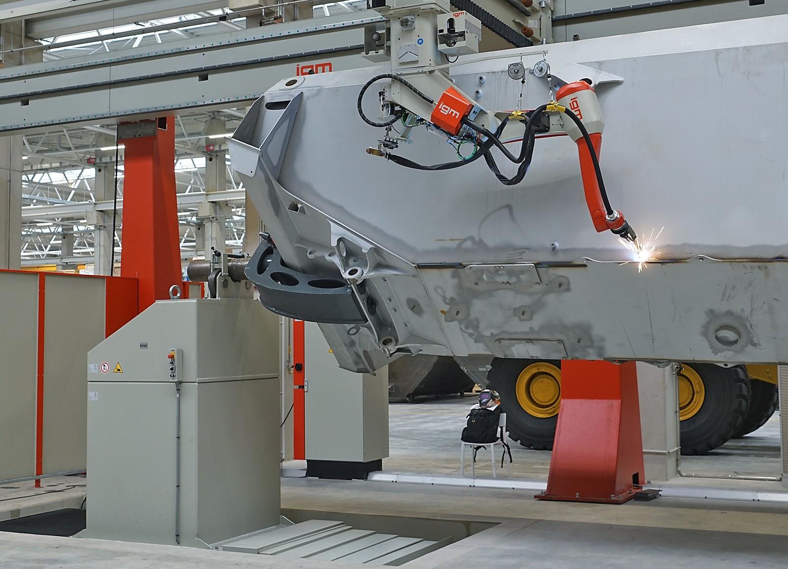 CNC-gesteuerte Schweißroboter sorgen für ein gleichbleibend hohes Finish der bis zu 10 t schweren Muldenkörper.