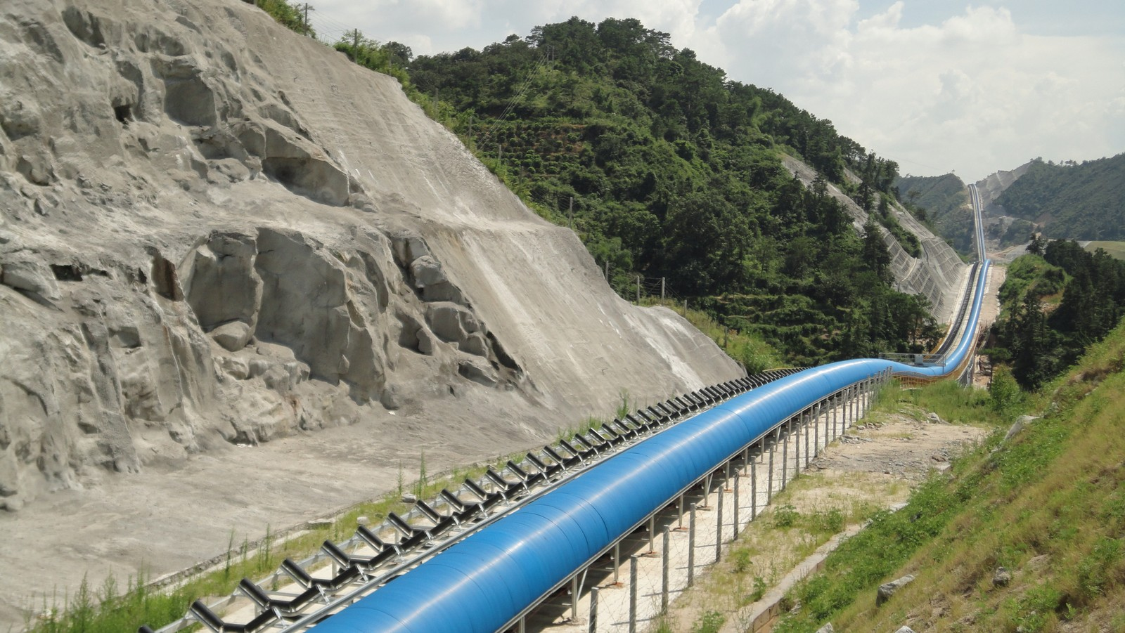 Der aktuell längste Gurtförderer Asiens ist mit 180.000 Rollen von Rulmeca bestückt und hat zwei Förderbänder von 40 km Länge.